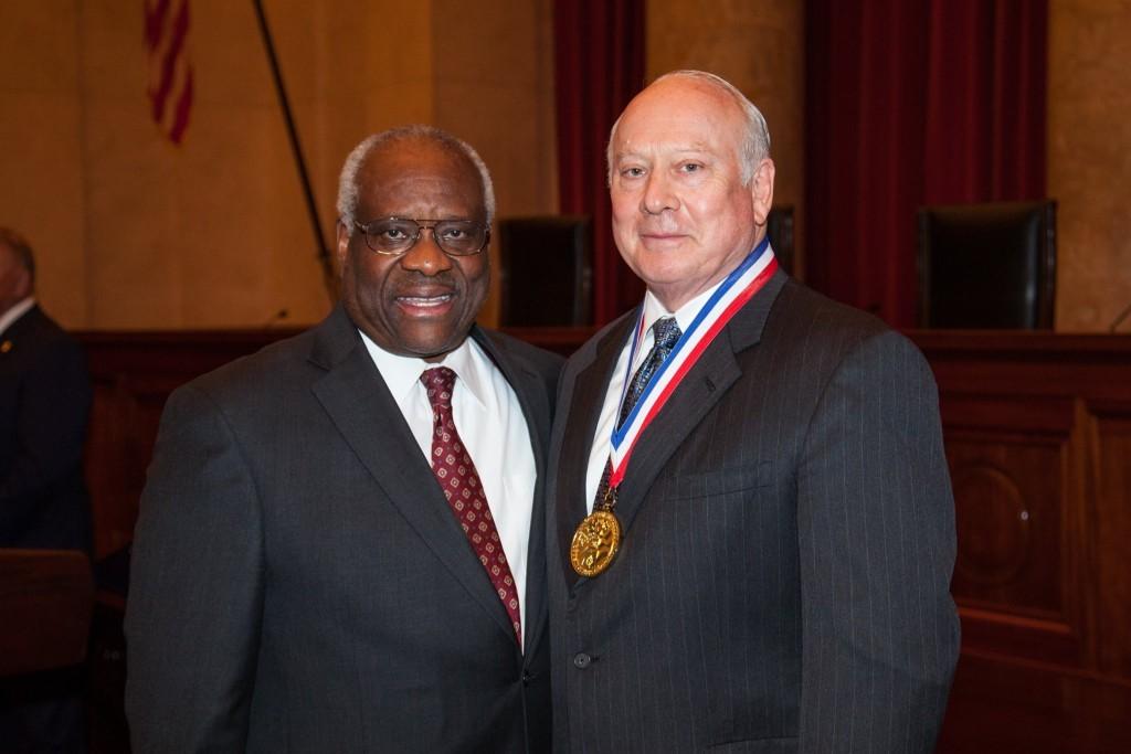 美樂家范德士先生獲得最高法院大法官克拉倫斯·湯瑪斯授予的霍雷肖·阿爾傑獎